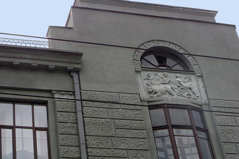 серую штукатурку  фасада здания коммерческого собрания в саратове украшают львы