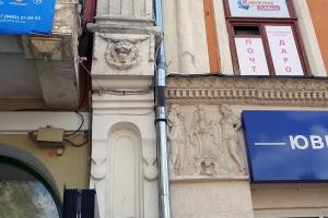маскарон и барельеф на проспекте кирова