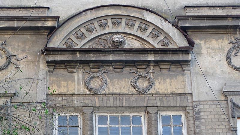 лев на фасаде старинного особняка саратова