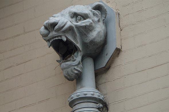 водосток со стилизованными львиными головами