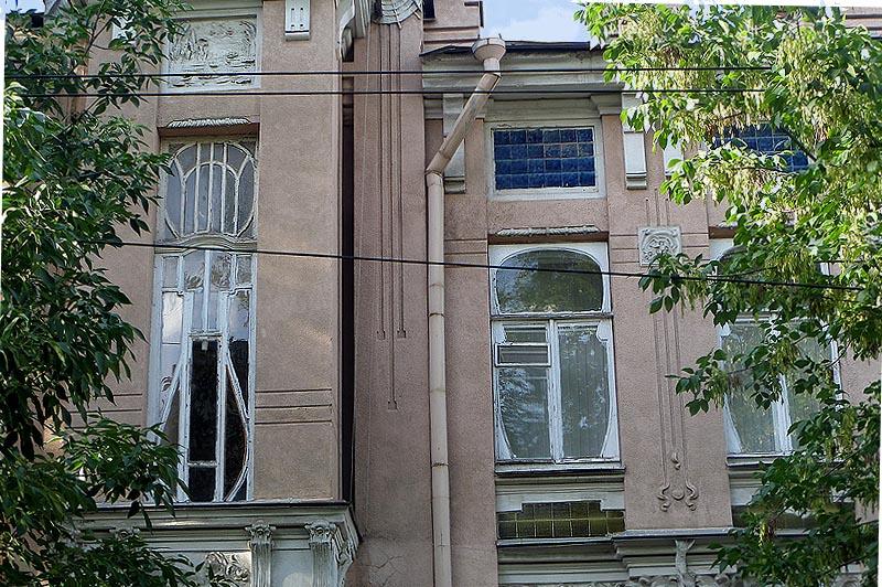 вставки из  плиток синего цвета на доме купца сатова  саратов