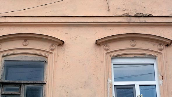 дугообразные сандрики над окнами