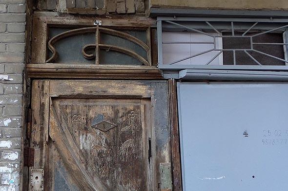 дверь жилого дома в саратове