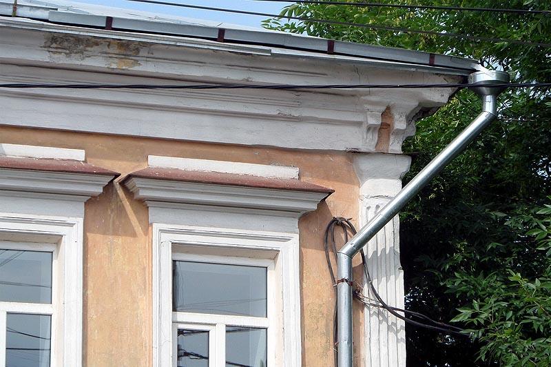 горизонтальные сандрики на фасаде типовой застройки