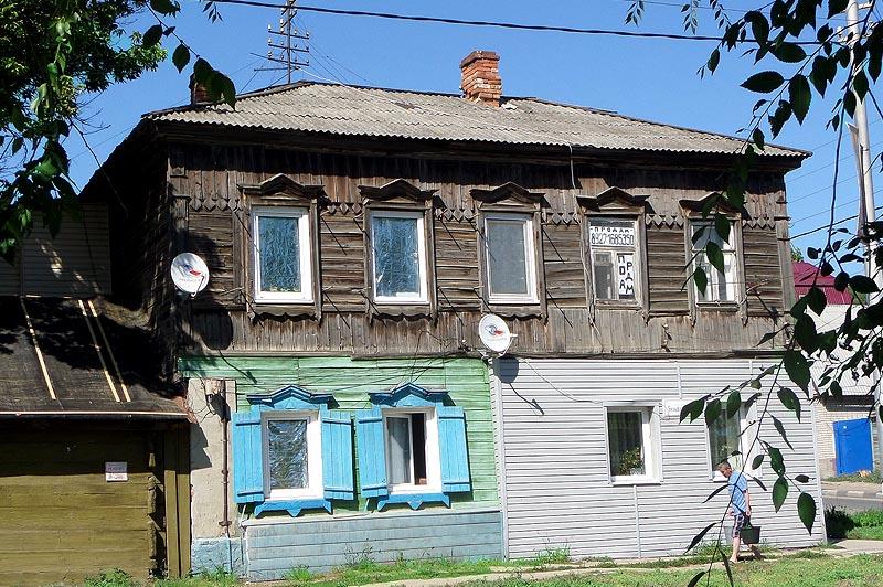 старый дом где карнизы конем