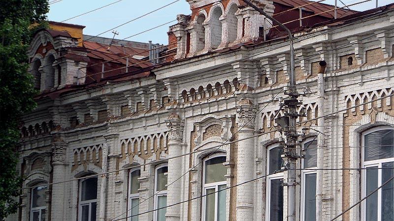 разнообразие фасадов и общий для всех зданий завершающий элемент карниз