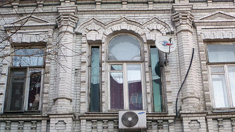 сандрики над тройным окном