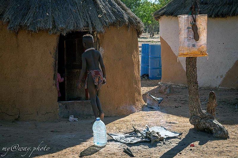 особняк в деревне химба обмазанные глиной хижины