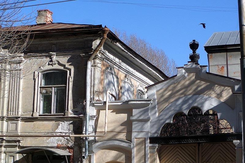 пилястры и сандрики по фасаду здания
