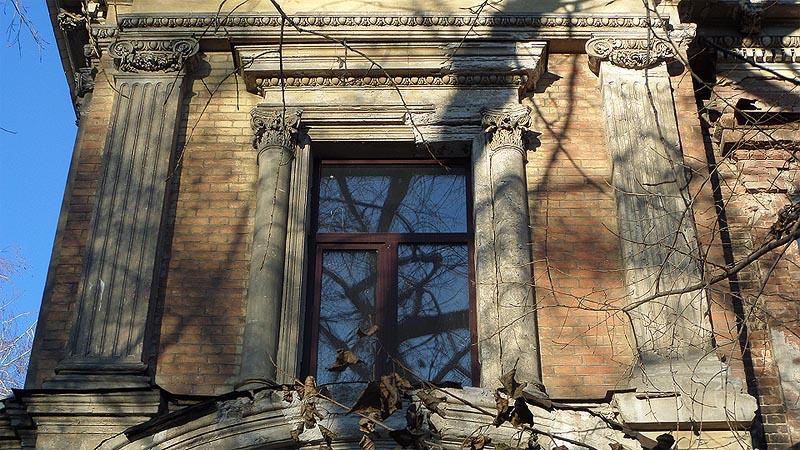 полуколонны и прямой сандрик придают окну парадный вид