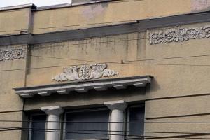 могучие и крылатые грифоны на здания саратова