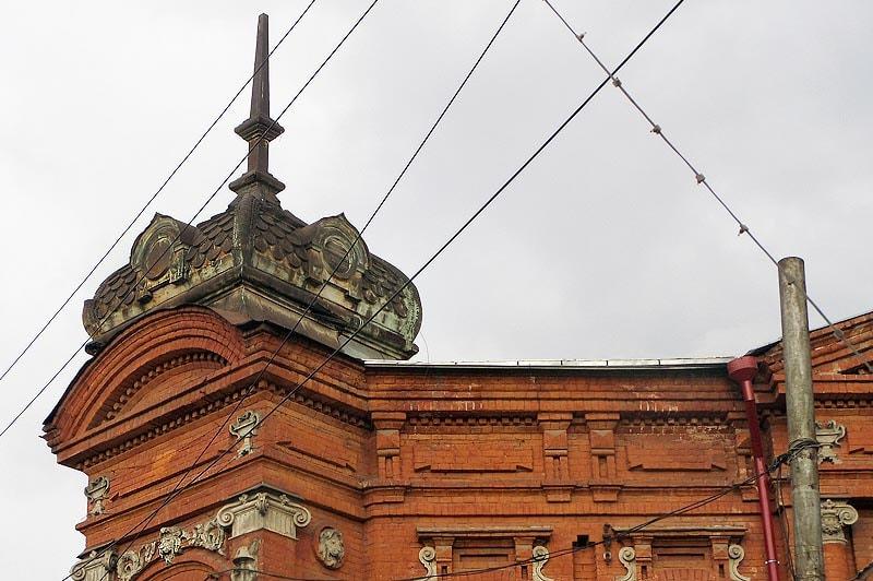 спиральные завитки на историческом здании аптеки саратов
