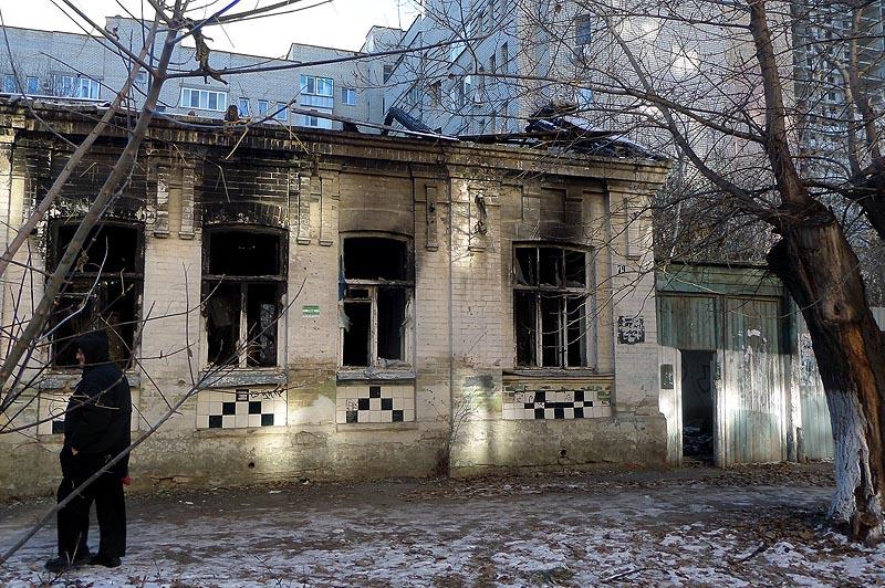 внезапное возгорание дома с  подоконными керамическими вставками