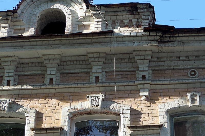 замковый камень на саратовских окнах