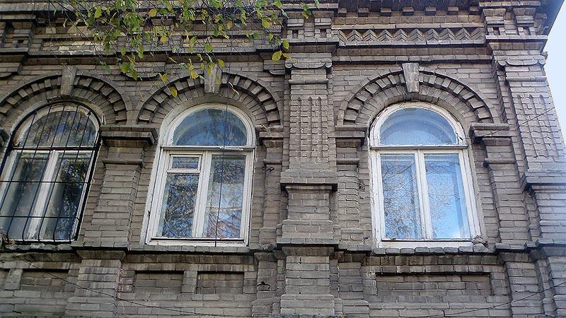 для украшения фасада замысловатые сандрики