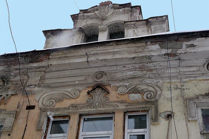 архитектурный элемент волюта завитки в обрамлении окна