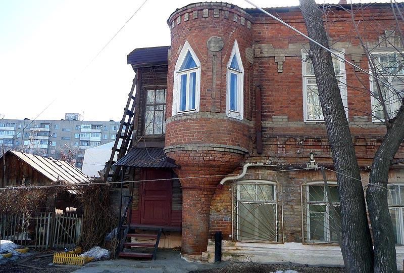 башенка у саратовского дома в виде перевернутой бутылки