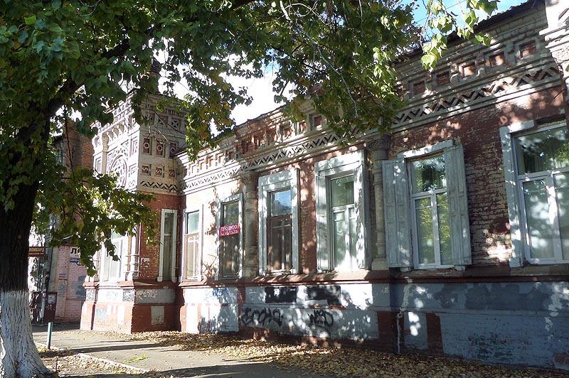 по фасаду идет обильная каменная резьба дом тилло саратов