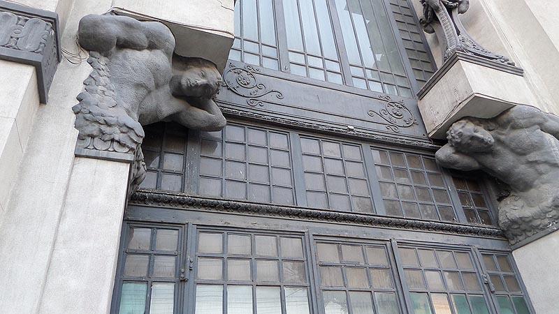 атланты на здании крытого рынка саратов