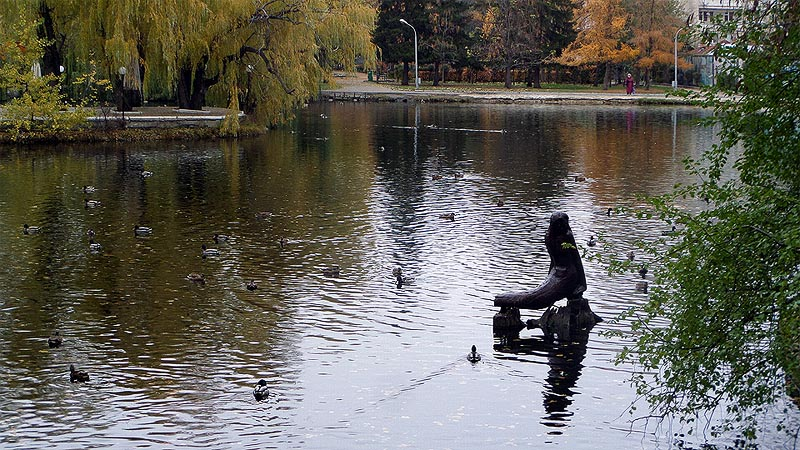деревянная русалка в саратовском парке