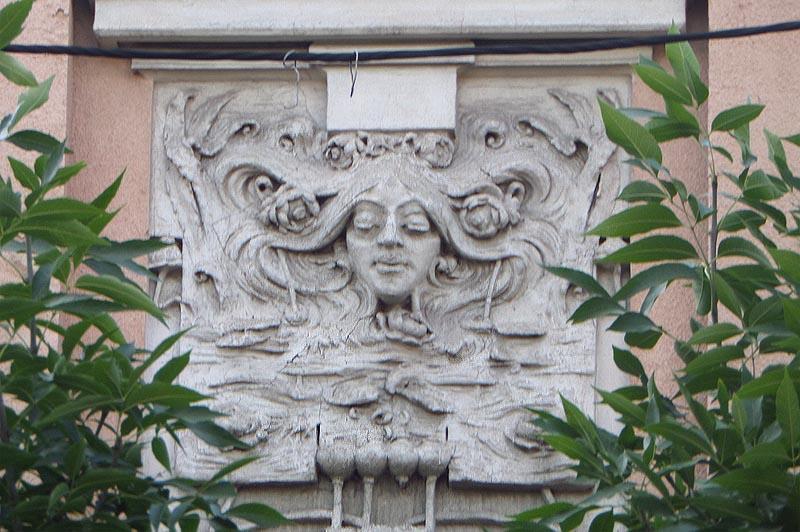 длинноволосая дева-русалка на доме сатова саратов