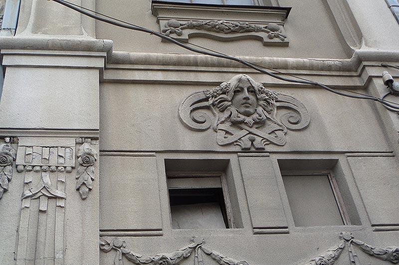 фигура на фасаде дома ананьина саратов