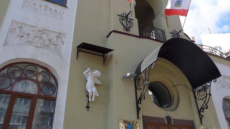 купидон на здании саратовского загса