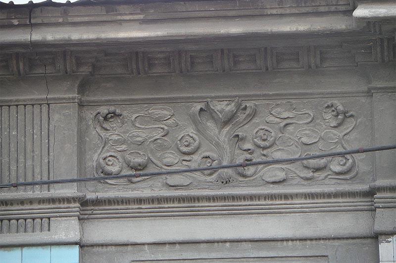 кувшинки на фасаде