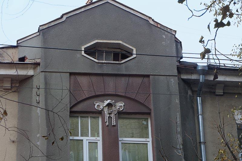 лягушки на фасаде