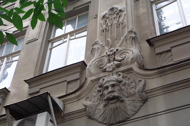 маскароны на фасаде