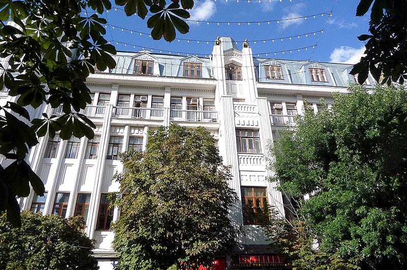скульптуры рыцарей на крыше отеля волга саратов