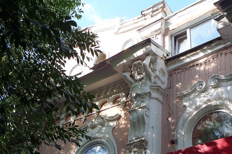 саратовский особняк с атлантами