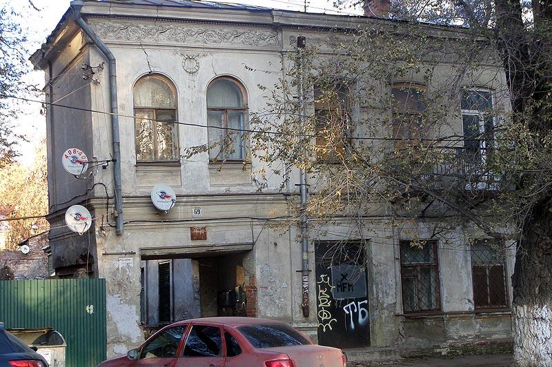 пловцы барельеф на фасаде дома