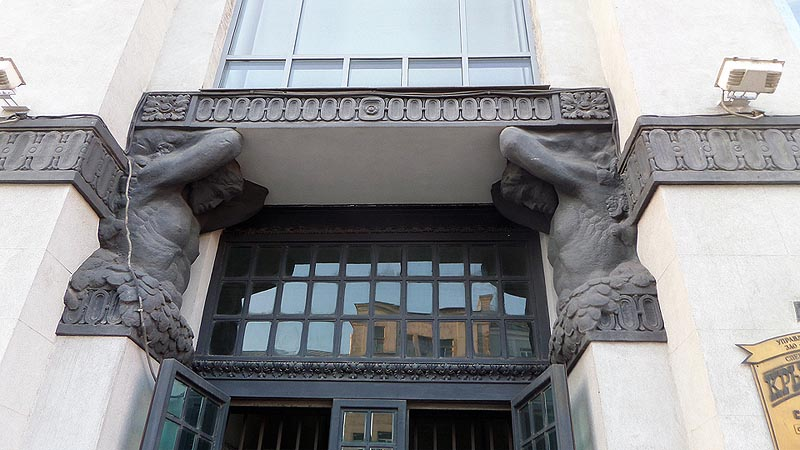 саратовские атланты украшают здание крытого рынка