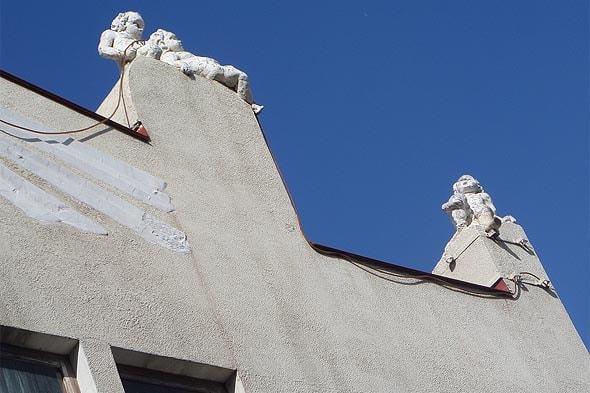 на фасаде дома саратовские купидончики
