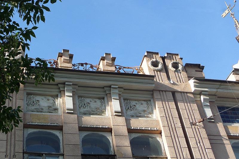 барельеф старого пруда на фасаде дома сатова