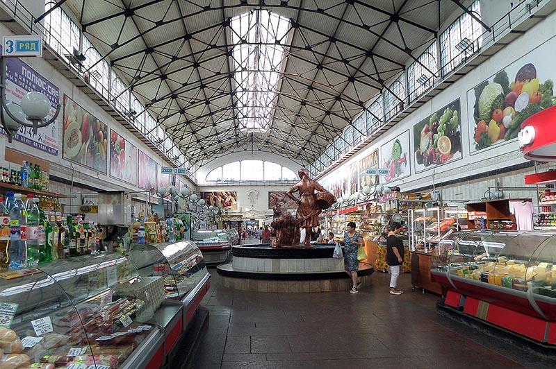 внутри саратовского крытого рынка