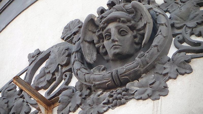 красавчик меркурий на серой стене крытого рынка саратова