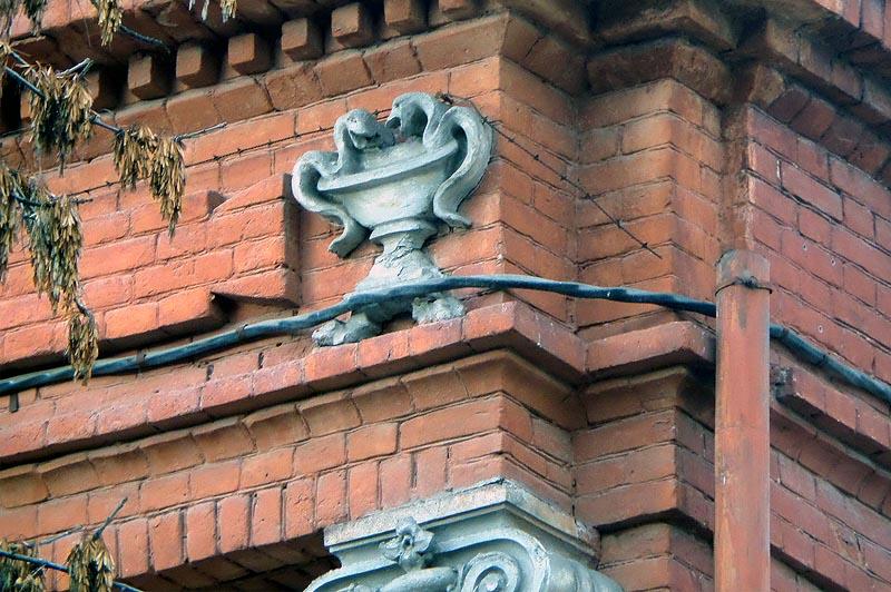 популярныq медицинский символ в виде чаши с двумя змеями на аптеке фридолина саратов
