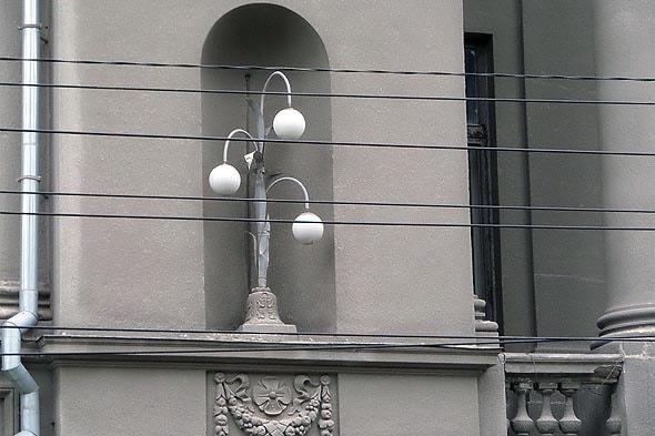 на месте фонарей, стояли одиночные скульптуры
