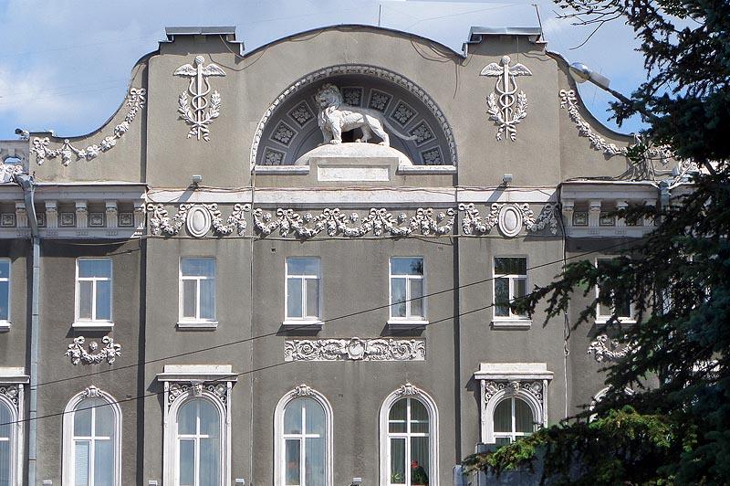 знак на стене здания городской администрации