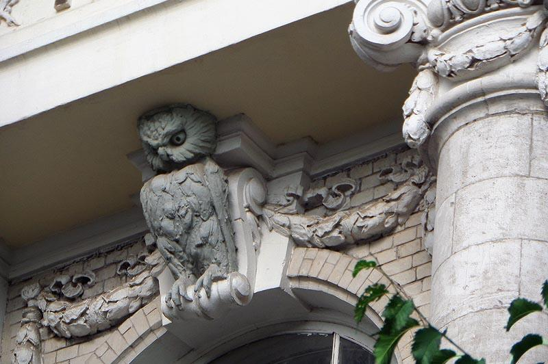 колоритно выглядят здания с лепниной на фасаде