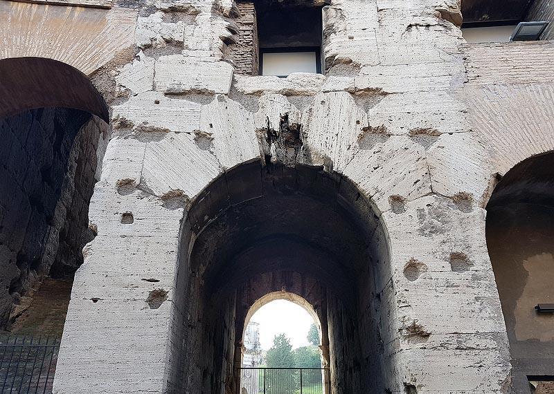 на стенах колизея