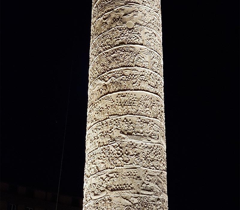 вокруг колонны траяна по спирали вырезан длинный фриз
