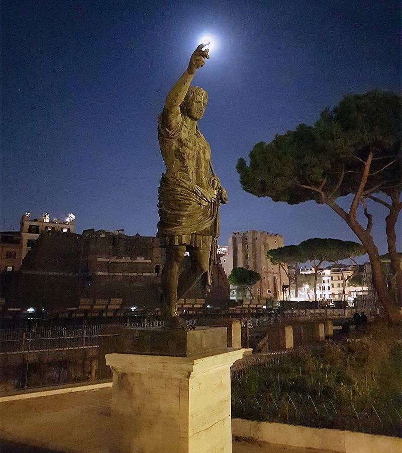 статуя императора на форуме
