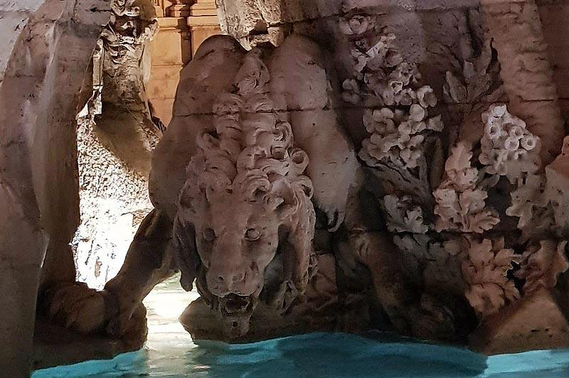 лев среди мраморных великанов и животных