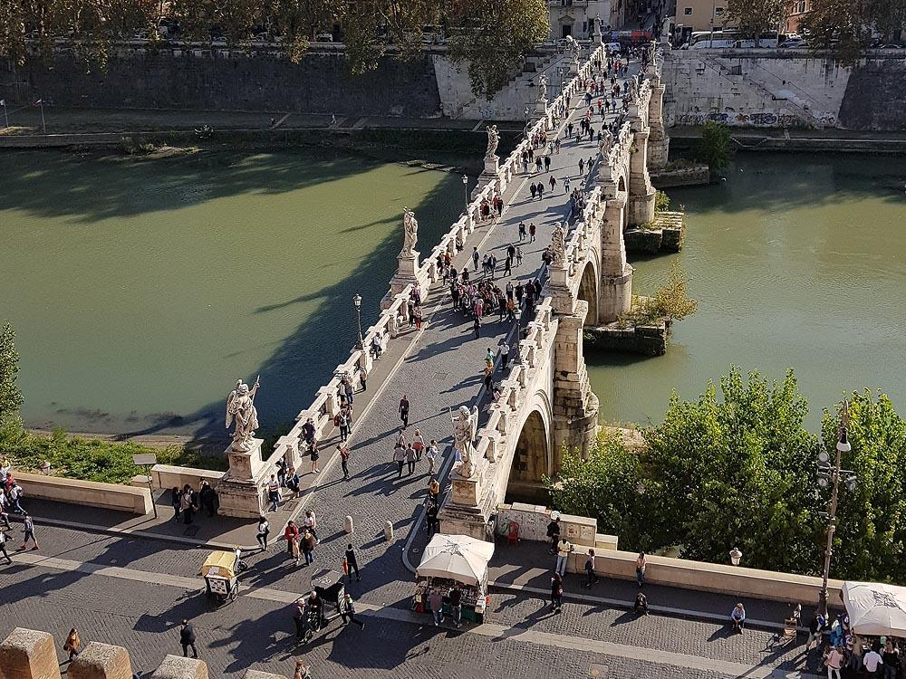 на мосту апостолы петр и павел и десять ангелов