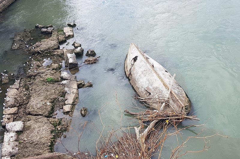 осталась лежать разбитая лодка