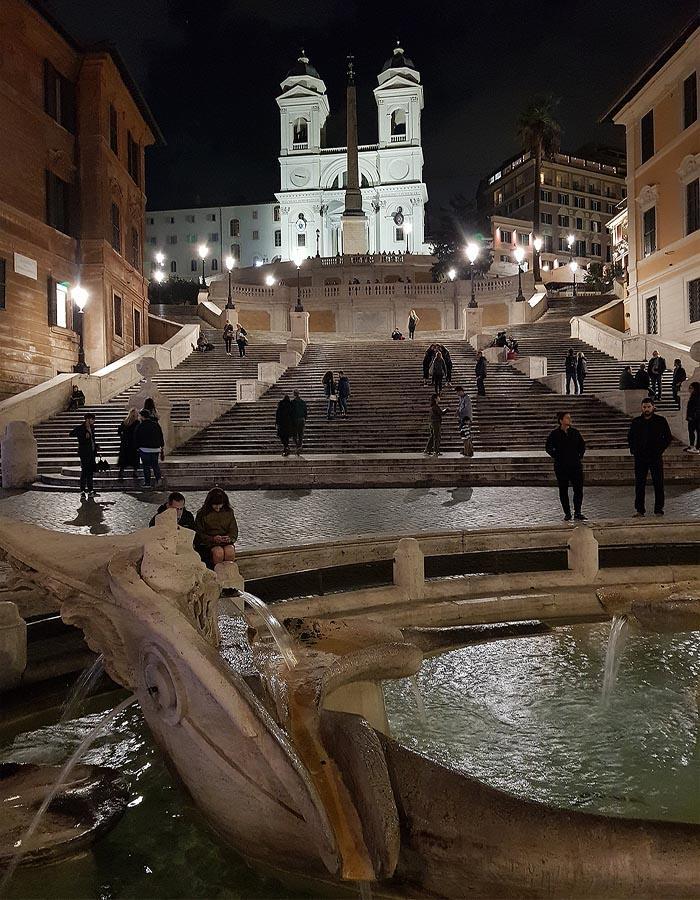 фонтан баркачча у исторической испанской лестницы