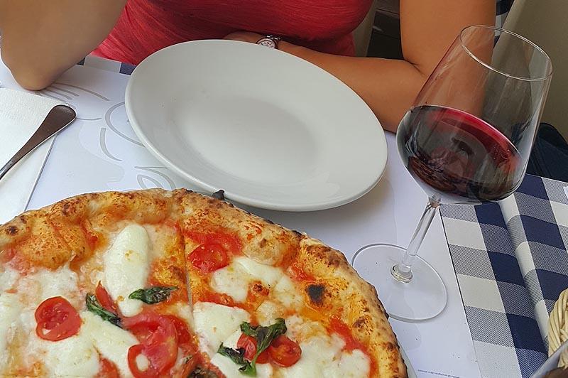 пицца и вино жителей апеннин